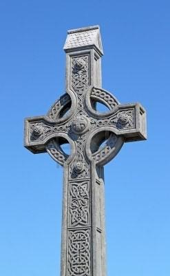 13972131-une-vieille-croix-celtique-dans-un-cimetiere-traditionnel (1).jpg